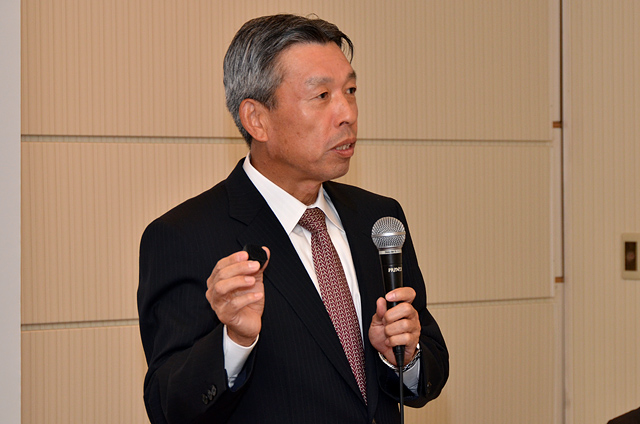 2012年10月15日(月)スイングラボ発表会ラケットに取り付ける「ダンロップ・スイングセンサー」を手に語る代表取締役社長 野尻恭氏