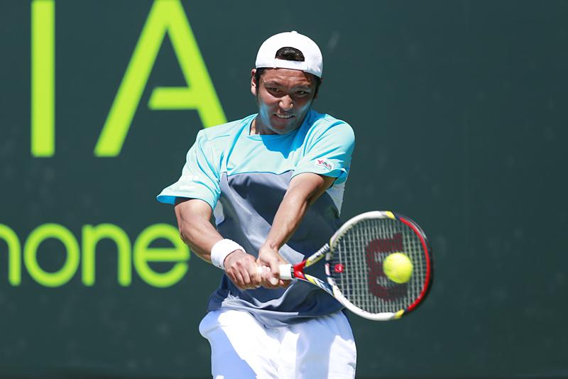 ソニー・オープン1回戦でバックハンドを放つ伊藤竜馬
