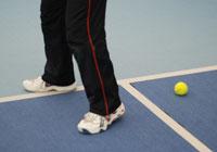 初心者のためのテニスマナー、足元のボール