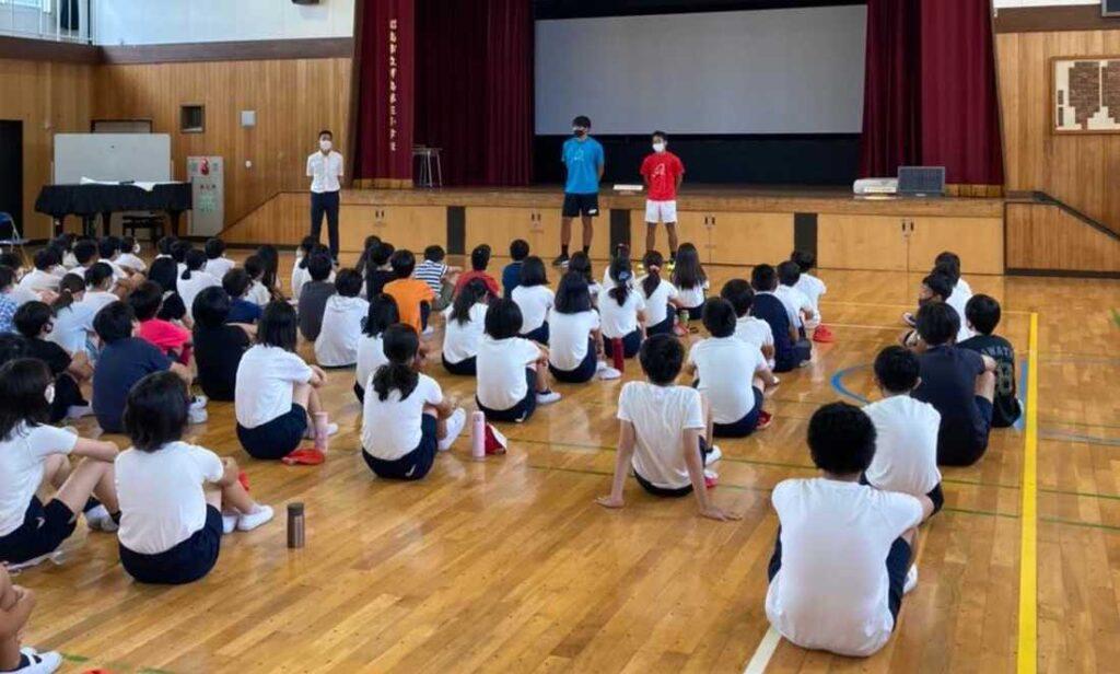 プロテニスプレーヤーが小学校を訪問。「夢と目標を持つ事の大切さ」を伝える【ニュース – TENNIS.jp】