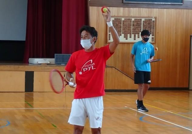 小学校へ訪問し、テニスの楽しさ、そして夢について語った江原プロと柚木プロ